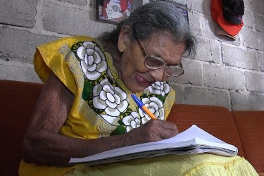 Fotograma extraído de un vídeo fechado el 20 de marzo de 2018, que muestra a la mexicana Lupita Palacios escribiendo en un cuaderno, en su casa en la ciudad de Tuxtla Gutiérrez Chiapas (México) - FOTO: EFE
