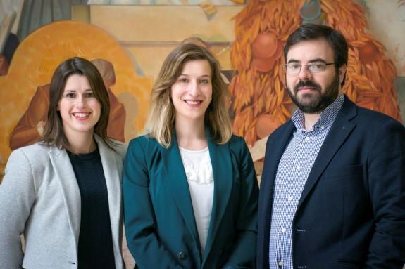 GUARDA (PORTUGAL), 27/03/2018.- Fotografía facilitada por la Universidad de Coimbra de la investigadora portuguesa de dicha universidad, Caratarina Seabra (c), que junto a los científicos João Peça (d) y Guiomar Oliveira (i), creará minicerebros de 4 milímetros a partir de células dentarias de personas autistas para estudiar dicha enfermedad. - FOTO: EFE