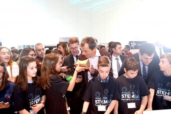 El astronauta Pedro Duque, el presidente de la Xunta, Alberto Núñez Feijóo, y el conselleiro de Educación, Román Rodríguez, rodeados de niños y niñas que muestran sus creaciones tecnológicas en el Stemlab Galicia - FOTO: FERNANDO BLANCO