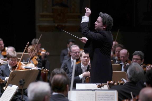 Gustavo Dudamel dirigiendo a la Filarmónica de Viena  - FOTO: EFE