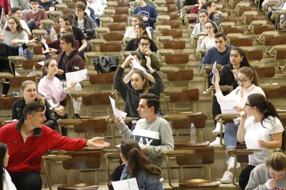 Los alumnos del Compañía de María se reparten los exámenes en el primer día de la ABAU en la Facultad de Económicas.  - FOTO: Antonio Hernández