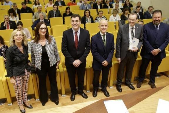 El conselleiro de Cultura, Educación y Ordenación Universitaria, Román Rodríguez (C), durante la presentación del proyecto