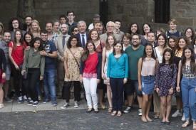 Foto de familia de los 75 alumnos que este martes recogieron sus diplomas   - FOTO: USC