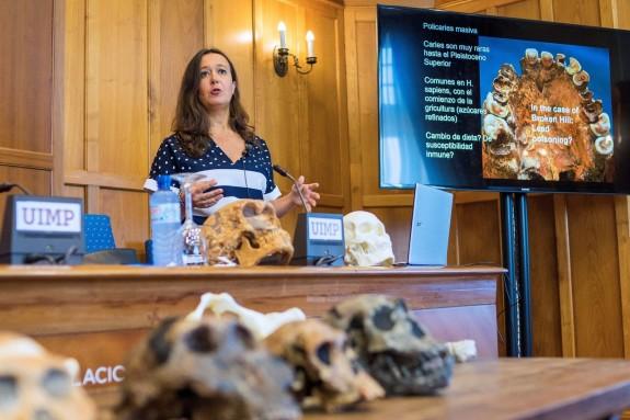 La directora del Centro Nacional de Investigación sobre la Evolución Humana (Cenieh), María Martinón, durante una de las sesiones del curso