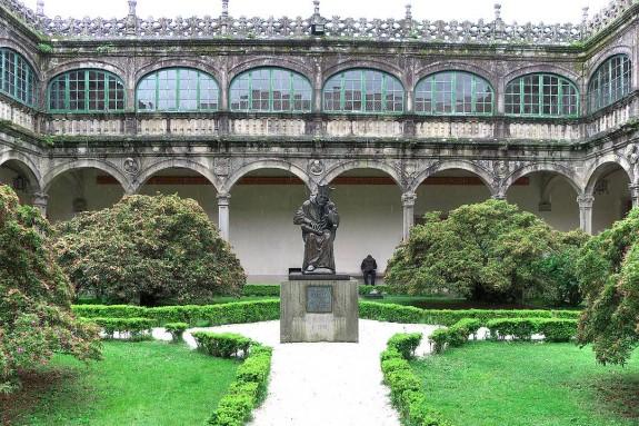 Claustro del edificio de Fonseca de la Universidade de Santiago de Compostela - FOTO: Wikipedia