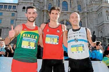 Alejandro Fernández, centro, entre Iván Roade (izq.) y Manuel Hurtado, en la meta. - FOTO: Fernando Blanco, Antonio Hernández y Puri Sangiao