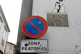 Siguen las pegatinas en señales de la ciudad
