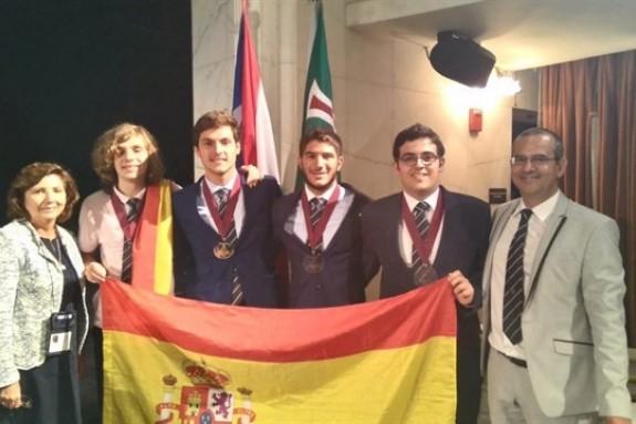 Los alumnos premiados en las Olimpiadas científicas 2018 - FOTO: RSEF