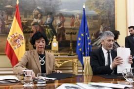 Los ministros de Educación e Interior, Fernando Grande-Marlaska e Isabel Celaá, en la firma del protocolo sobre la unidad didáctica del terrorismo. - FOTO: Victor Lerena/EFE