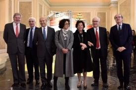 La titular de Educación, Isabel Celaá. tercera por la derecha, junto a 6 exministros del ramo durante la inauguración de la exposición. - FOTO: Ministerio de Educación
