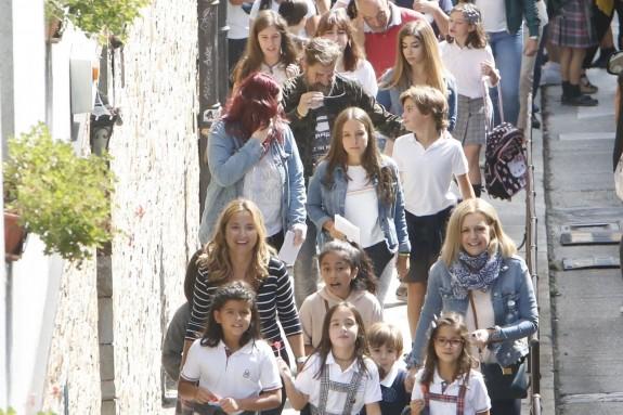 Alumnos de un centro concertado llegando al colegio en el primer día de clase.  - FOTO: Fernando Blanco