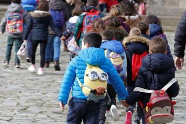 Escolares en la compostelana plaza del Obradoiro - FOTO: Fernando Blanco