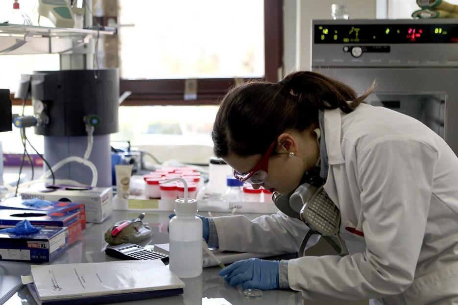 Imagen de archivo de una científica trabajando en un laboratorio - FOTO: EFE