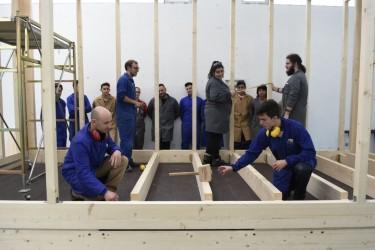 Alumnos y profesores del instituto Anton Losada Dieguez, de A Estrada, trabajan en la fabricacion de una casa modular de madera con la que participaran en el congreso  - FOTO: SANGIAO