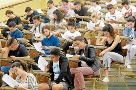 Futuros alumnos de la USC, en su examen de selectividad - FOTO: Fernando Blanco