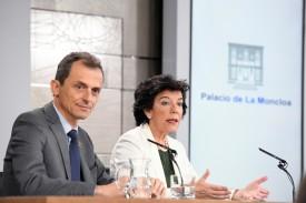 El ministro de Ciencia, Innovación y Universidades Pedro Duque, y la ministra Portavoz Isabel Celaá, durante la rueda de prensa celebrada tras la reunión del Consejo de Ministros en el Palacio de la Moncloa.-  - FOTO: EFE/Victor Lerena