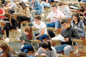 Alumnos realizando ayer la prueba en la Facultad de Ciencias Económicas - FOTO: Fernando Blanco