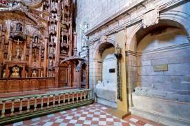 Panteón Real. El yacente del Conde de Traba es de Magariños (S. XX). El de Alfonso IX es gótico. Delante, relicario de los bordones de Santiago y de S. Franco de Sena