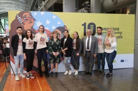 La ministra de Sanidad en funciones, María Luisa Carcedo, con jóvemes gitanos del programa Promociona.  - FOTO: FUNDACIÓN SECRETARIADO GITANO