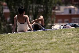 Una pareja de jóvenes disfruta de un soleado día en un parque de Madrid.  - FOTO: Eduardo Parra - Europa Press - Archivo