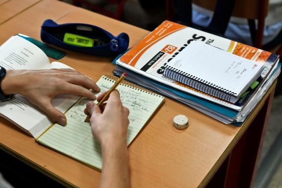 Un alumno del Programa de Bachillerato de Excelencia del Instituto San Mateo escribe un ejercicio en inglés - FOTO: Óscar Cañas - Europa Press - Archivo