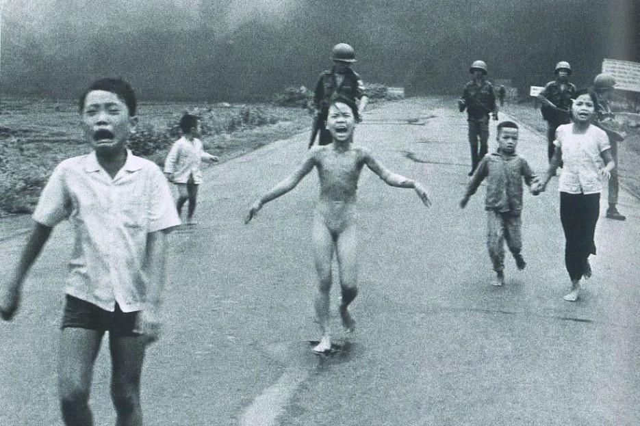 1972. Esta foto refleja la cara de los daños colaterales y el fuego amigo que generalmente no se ve en una guerra. Este fue el caso de Phan Thi Kim Phuc, una niña de 9 años que se vio inmersa en mitad de una guerra. El 8 de junio de 1972, el fotógrafo Nick Ut estaba en Trang Bang, a unos 25 kilómetros al noroeste de Saigón cuando la fuerza aérea vietnamita erróneamente dejó caer una carga de napalm en una aldea. Cuando el fotógrafo tomó fotos de la carnicería, vio a un grupo de niños y soldados junto a una chica desnuda corriendo y gritando hacia él. Ut llevó a Kim a un hospital donde se enteró de que podría no sobrevivir debido a las quemaduras de tercer grado que cubrían el 30 % de su cuerpo. Gracias a la ayuda de unos amigos consiguió que fuese transferida a un centro estadounidense donde recibió un tratamiento que le salvó la vida. La foto se convirtió en un símbolo de la atrocidad humana - FOTO: Nick Ut.