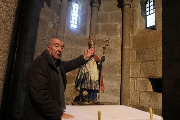 José Porto Buceta en la iglesia parroquial de Sar, en la que lleva cerca de medio siglo