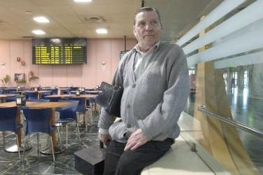 Alfonso González comenzó de limpiabotas en el edificio Castromil hasta que fue demolido, después trabajó durante décadas en el aeropuerto (en la foto, en 2004) - FOTO: A. Hernández