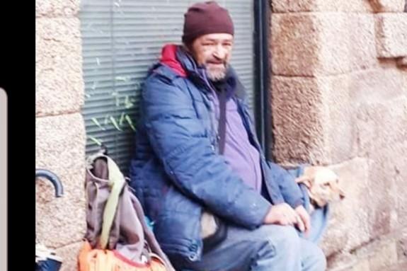 Alonso Cortada con su perra La rubia, en Casas Reais