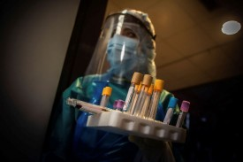 ARANDA DE DUERO (BURGOS), 28/04/2020.- Una auxiliar preparada para hacer Test PCR en el Hospital de Aranda de Duero (Burgos).  - FOTO: EFE/ Paco Santamaría