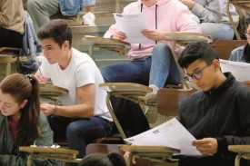 Imagen de archivo de un grupo de estudiantes realizando uno de los exámenes de la selectividad, en Santiago de Compostela.  - FOTO: Fernando Blanco
