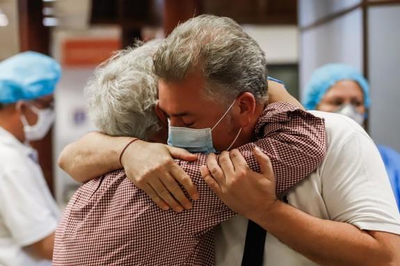 LUQUE (PARAGUAY), 27/04/2020. Un hombre despide a familiares el lunes 27 de abril en el Aeropuerto Internacional Silvio Pettirossi, en Luque (Paraguay).  - FOTO: EFE/Nathalia Aguilar