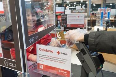 Un cliente de Eroski participa en el plan de Cruz Roja
