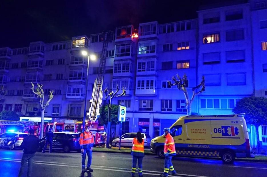 En la imagen, los servicios de emergencia durante su intervención en el piso que sufrió un incendio en Santiago.
