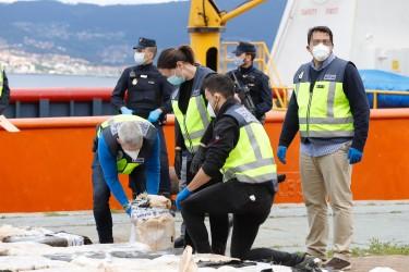 Varios policías abren un fardo tras la llegada al Muelle de Cruceros del Puerto de Vigo de un buque que fue interceptado cuando transportaba 4 toneladas de cocaína, en Vigo/Galicia (España) a 28 de abril de 2020. - FOTO: Marta Vázquez Rodríguez - Europa Press