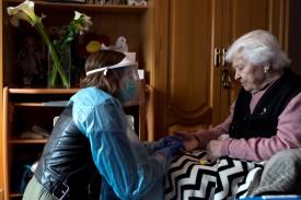La visita a domicilio se realiza si el paciente tiene movilidad reducida.  - FOTO: Brais Lorenzo/EFE