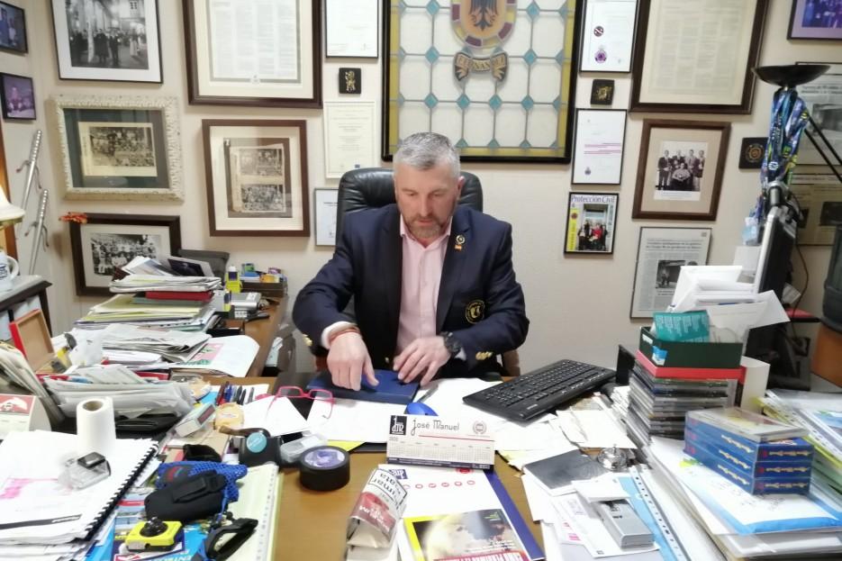 El corredor de seguros José Manuel Fernández, que abrió su negocio a principios de los ochenta, en su oficina de O Milladoiro, Ames.  - FOTO: J.M.S.