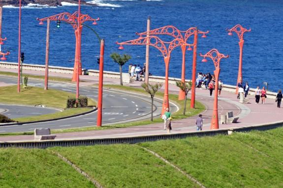 En zonas del largo paseo marítimo de A Coruña existen amplios  espacios diferenciados para vehículos, tranvías, bicicletas y peatones.  - FOTO: ALMARA