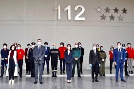 Los reyes guardan un minuto de silencio con la presidenta y el vicepresidente de la Comunidad de Madrid, y el ministro del Interior, en el 112.  - FOTO: EFE