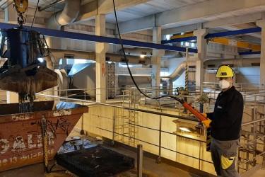 Un trabajador de Viaqua en una de sus múltiples instalaciones del ciclo del agua que la empresa tiene repartidas por varias comarcas gallegas.  - FOTO: Viaqua
