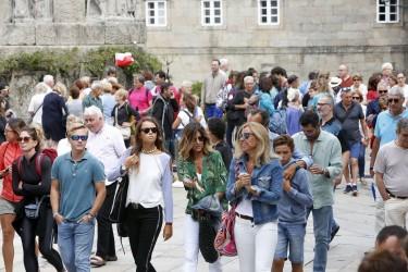 Numerosos visitantes en el casco histórico de Santiago, durante el verano del año pasado.  - FOTO: A. Hernández