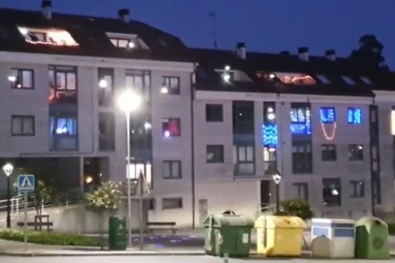 Urbanización de Teo donde algunos anocheceres se monta una fiesta de mucho cuidado desde las ventanas y balcones