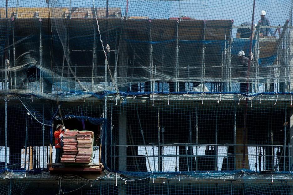 OBRAS. Vista de un edificio en construcción semanas antes del frenazo por la pandemia del coronavirus.  - FOTO: EFE