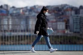 Paseo al aire libre. A partir del 2 de mayo los adultos podrán, si todo va bien, volver a salir de casa. En la imagen, una mujer circulando por A Coruña - FOTO: Efe