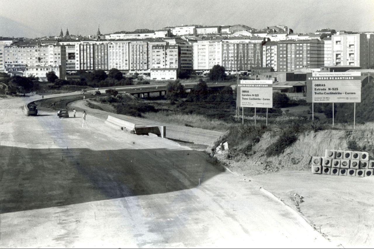 Obras en la zona del periférico de Santiago. Al fondo, los edificios de la avenida de Romero Donallo - FOTO: ECG