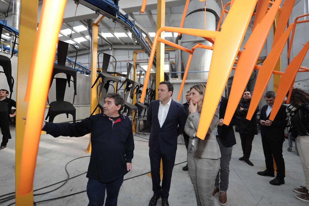 Germán Lema, izquierda, uno de los gerentes de Gerca, con el presidente de la Diputación y la alcaldesa de Vimianzo en una reciente visita a la fábrica que la empresa tiene en el polígono de la capital de Terra de Soneira - FOTO: Diptuación de A Coruña