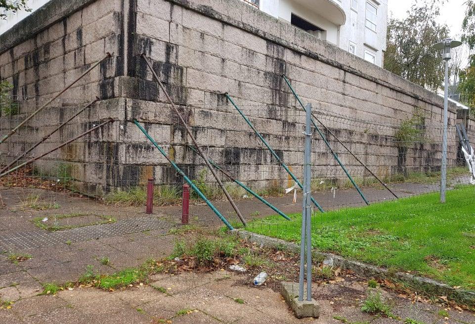 El muro de Fontiñas lleva años apuntalado.  - FOTO:  ECG